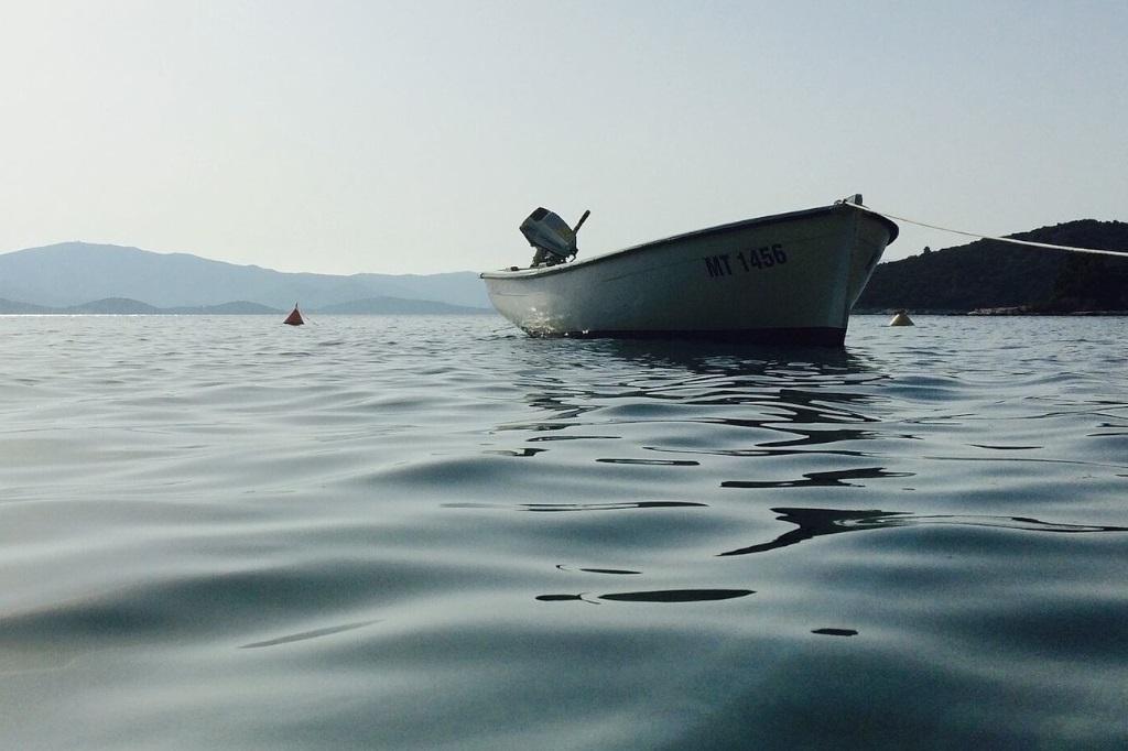 Ein kleines Motorboot